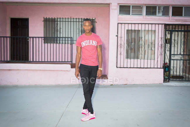 Человек перед жилое здание — стоковое фото