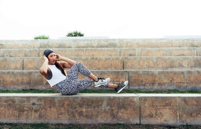 Jovem mulher exercendo ao ar livre — Fotografia de Stock