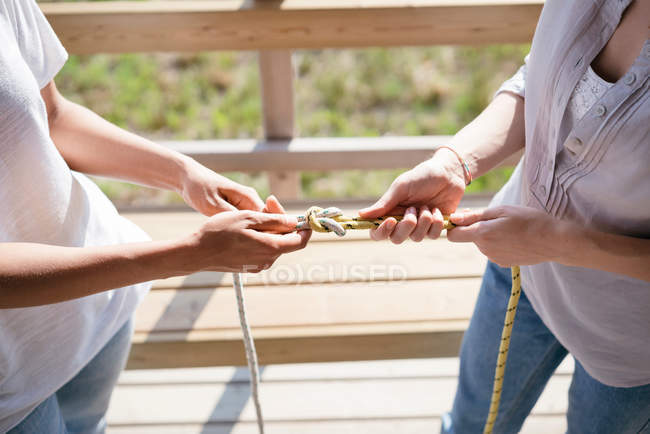 Women learning to tie nautical knots — Stock Photo