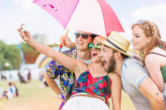 Freunde machen Selfie auf Festival — Stockfoto