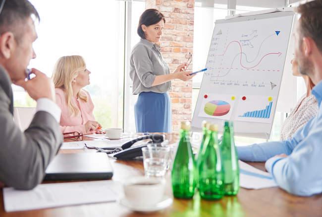Donna d'affari leader incontro d'affari — Foto stock