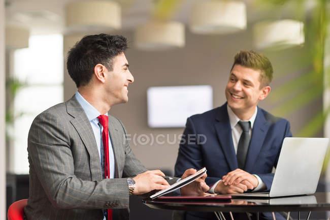 Deux hommes d'affaires réunis à la salle de conférence — Photo de stock