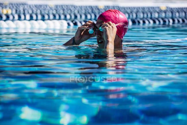 Nageur dans l'eau dans la piscine — Photo de stock
