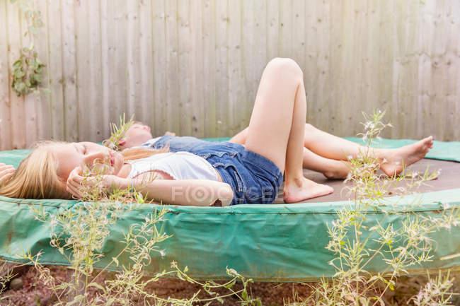 Девушки лежат на батуте — стоковое фото