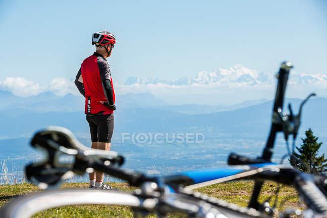 Senior man wearing cycling helmet — Stock Photo