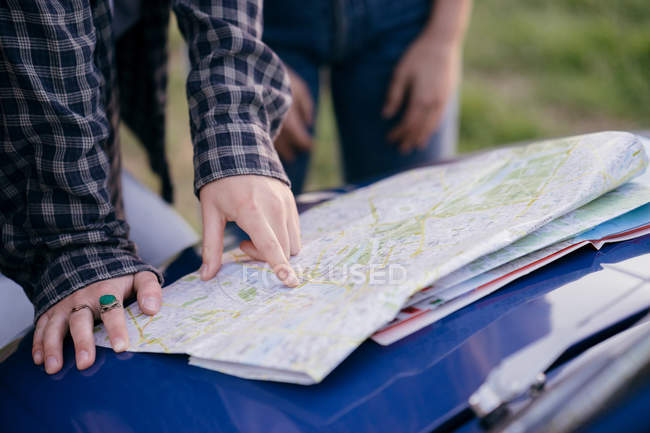 Tourists reading road map — Stock Photo