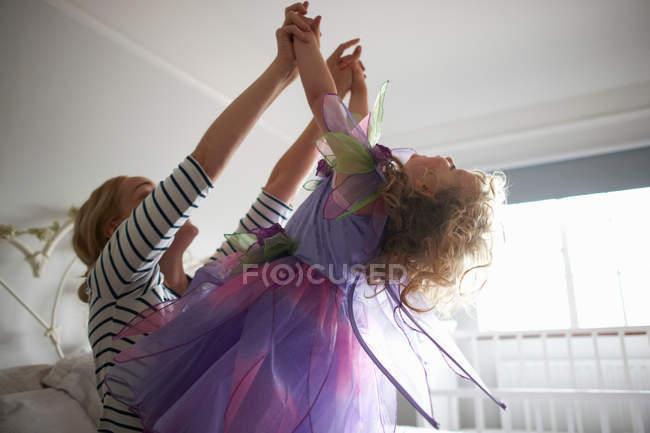Junges Mädchen im Märchenkostüm — Stockfoto