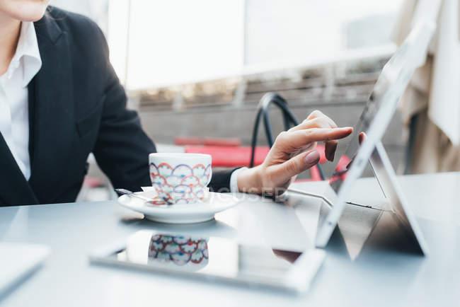 Femme d'affaires utilisant une tablette numérique — Photo de stock