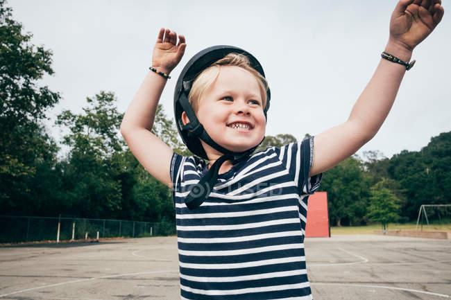 Menino ao ar livre, usando capacete de segurança — Fotografia de Stock