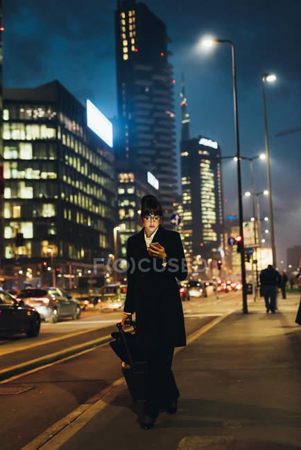 Empresária usando telefone celular — Fotografia de Stock