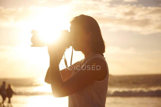 Jovem mulher fotografando a vista — Fotografia de Stock