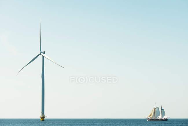 Off shore turbina eólica e veleiro — Fotografia de Stock