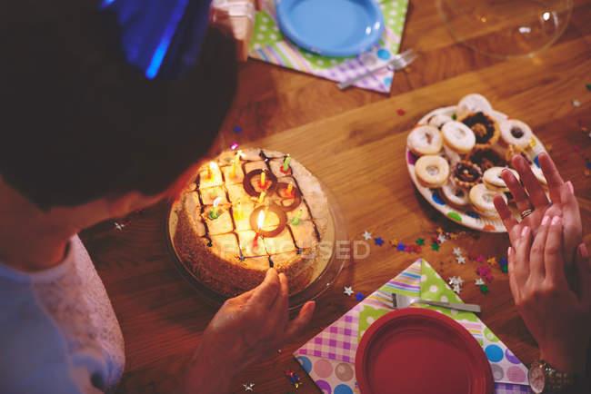 Старші жінки, дивлячись на день народження торт — стокове фото