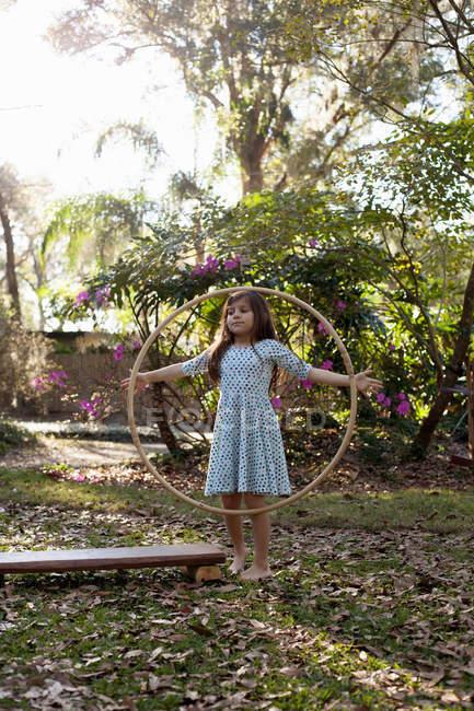 Грати з Хула Хооп дівчина — стокове фото