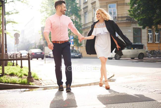 Paar geht Händchen haltend — Stockfoto
