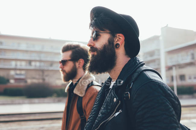Hipster friends wearing sunglasses in city — Stock Photo