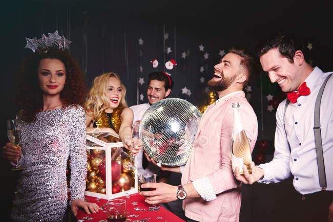 Gruppe von Freunden auf party — Stockfoto
