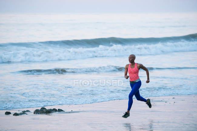 Молода жінка робить фізичні вправи. — стокове фото