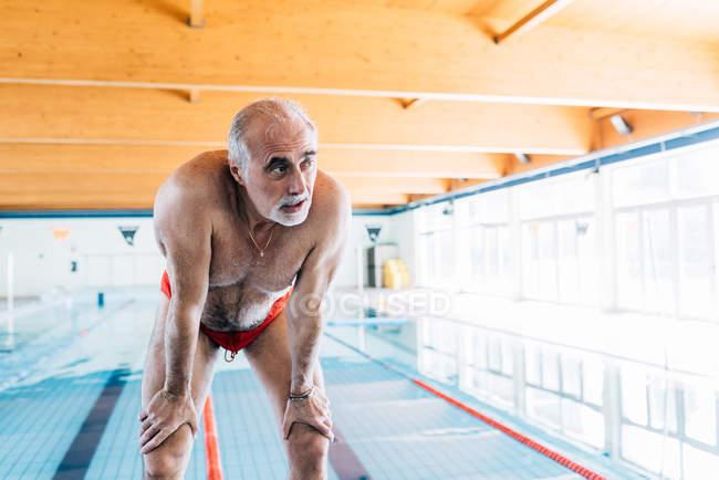 Homme attraper son respire de piscine — Photo de stock