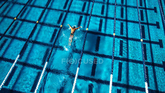 Overhead view of swimmer in pool — Stock Photo