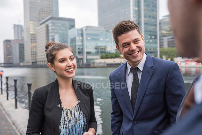 Бизнесмен и предпринимательница обсуждают на открытом воздухе — стоковое фото