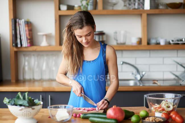 Mulher na mesa da cozinha — Fotografia de Stock