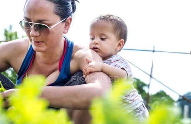 Mutter und Baby im Schrebergarten — Stockfoto
