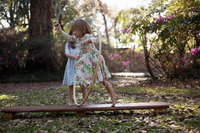 Дівчина проходить через пластикові Хооп — стокове фото