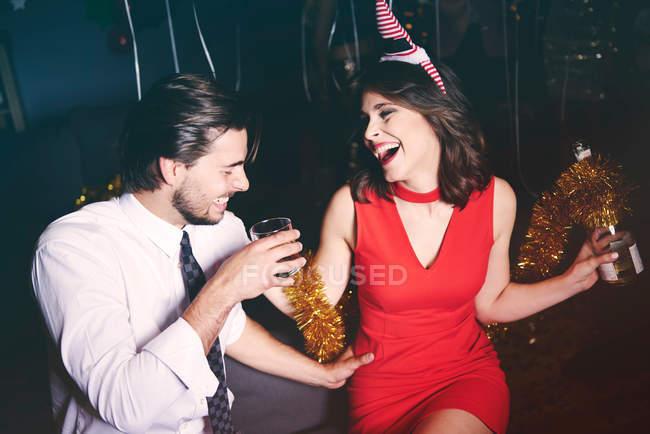 Чоловік і жінка, сидячи на вечірці — стокове фото
