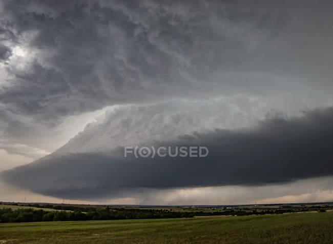 Glockenförmiger Aufwind der rotierenden Superzelle über dem ländlichen Raum — Stockfoto