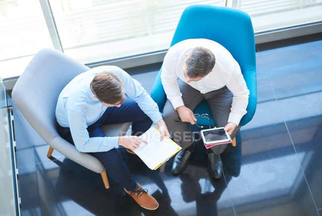 Деловые люди с цифровым планшетом — стоковое фото
