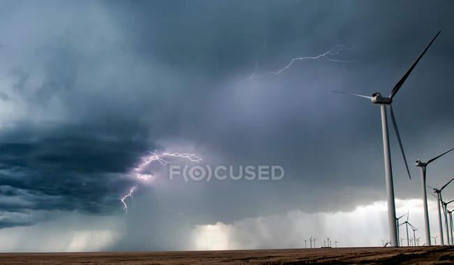 Blitz in Wolken bei Windpark im ländlichen Raum — Stockfoto