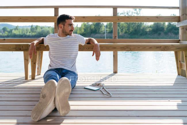 Mann am Pier entspannen — Stockfoto