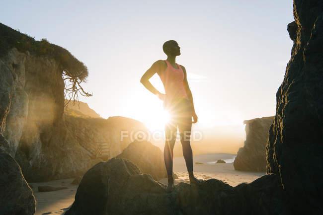 Молодая женщина занимается спортом — стоковое фото