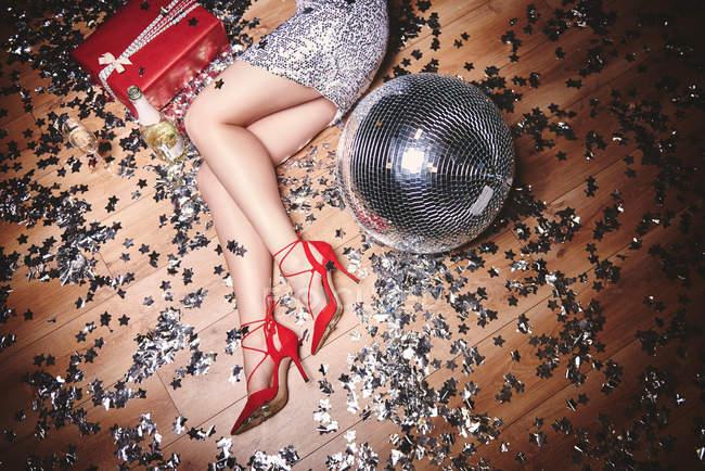 Donna sdraiata sul pavimento alla festa — Foto stock