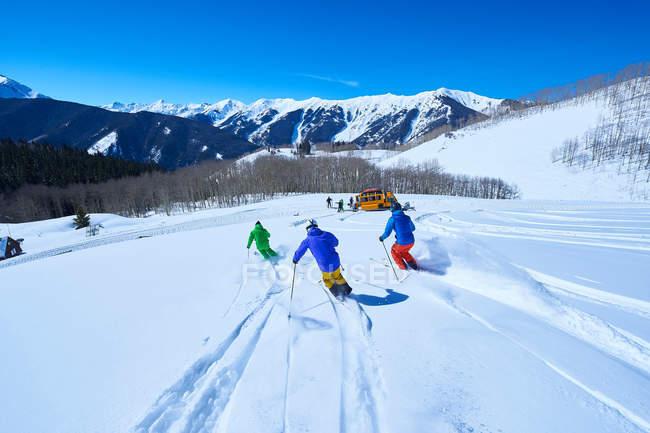 Мужчины, лыжи вниз — стоковое фото