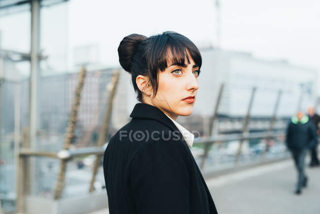 Businesswoman on pedestrian bridge — Stock Photo