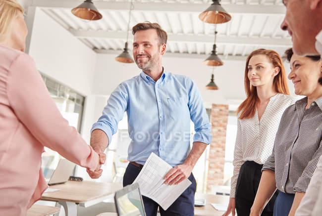 Geschäftsleute beim Händeschütteln — Stockfoto