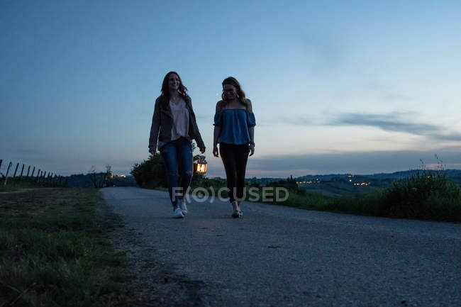Tourists in countryside, Tuscany, Italy — Stock Photo
