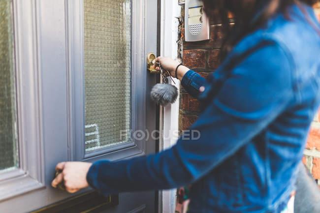 Залишаючи дім молода жінка — стокове фото