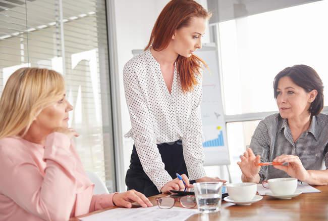 Femmes d'affaires ayant la discussion en séance — Photo de stock