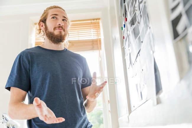 Молодой мужской дизайнер — стоковое фото