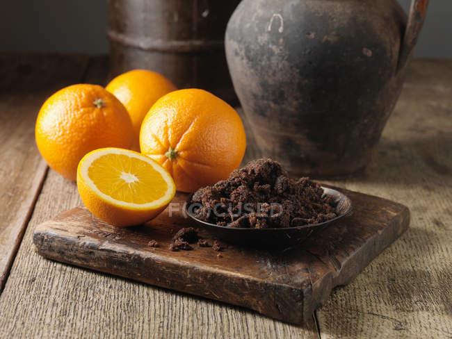 Açúcar escuro e laranjas — Fotografia de Stock