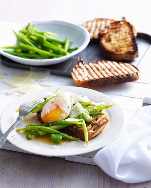 Uovo con pane tostato e fagioli — Foto stock