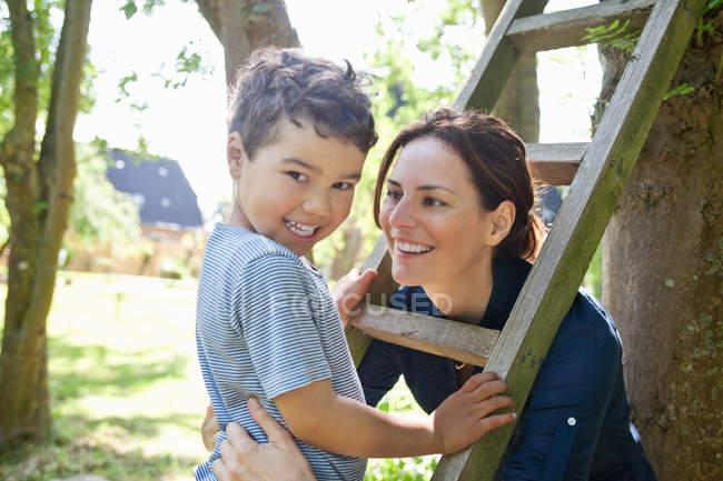Madre e figlio giocare con scala — Foto stock