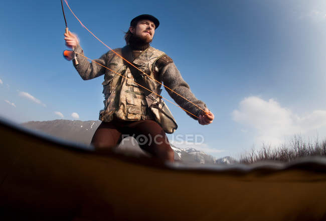 Man fishing in lake — Stock Photo