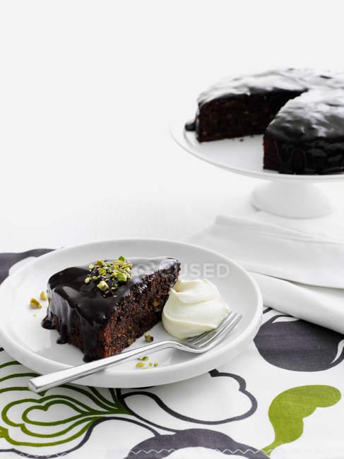 Piatto di torta al cioccolato con crema — Foto stock