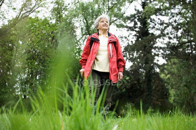 Donna che cammina nel parco — Foto stock