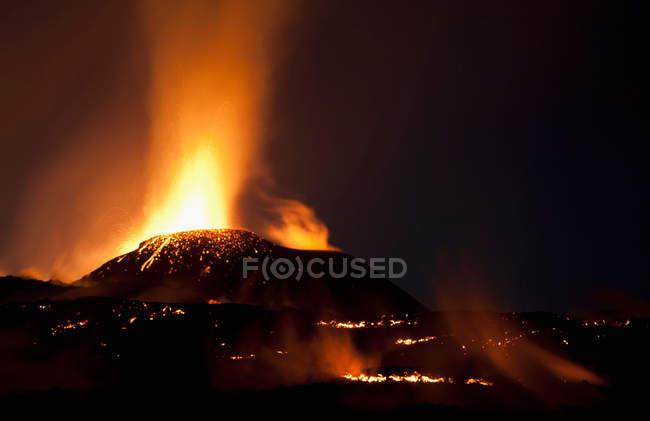 Fimmvorduhals em erupção à noite — Fotografia de Stock