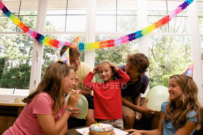Famiglia festeggiare il compleanno del ragazzo — Foto stock